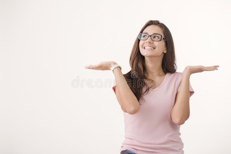 Retrato de los vidrios que llevan de la mujer morena alegre joven contra el fondo blanco imagen de archivo libre de regalías