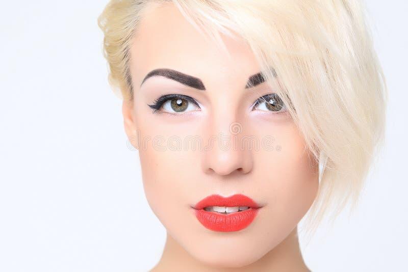 Retrato de louro com batom vermelho fotos de stock royalty free