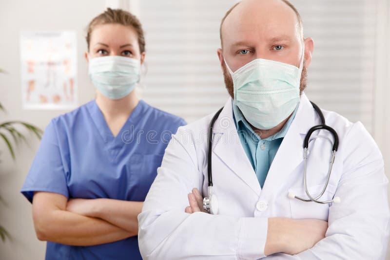 Retrato De Médico Confiante E Enfermeira Do Hospital foto de stock
