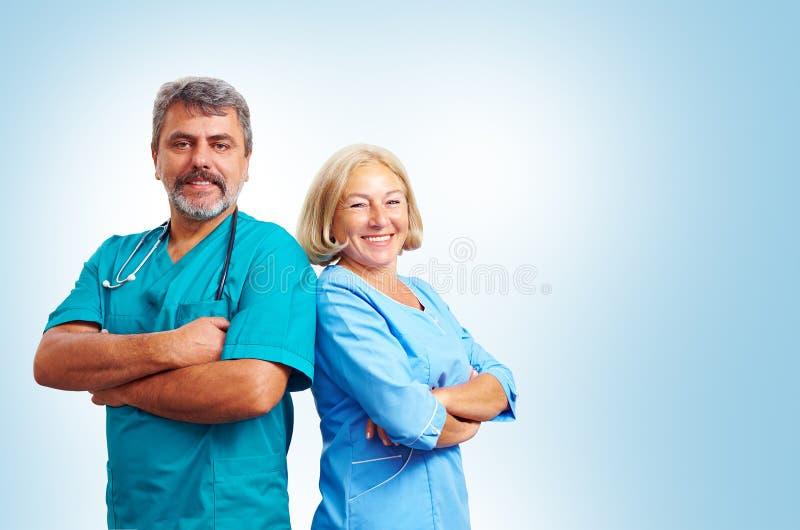 Retrato de médicos adultos seguros foto de stock royalty free