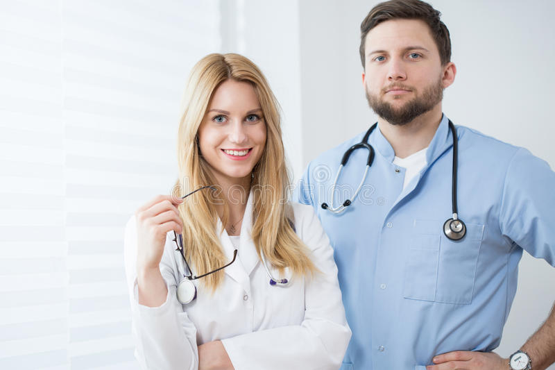 Retrato de médicos de sorriso novos imagens de stock