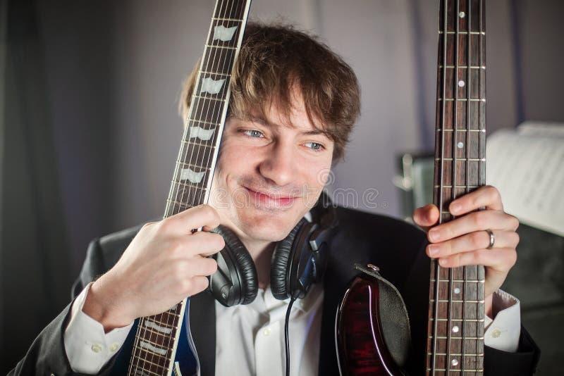 Retrato de músico en estudio con dos guitarras fotos de archivo libres de regalías