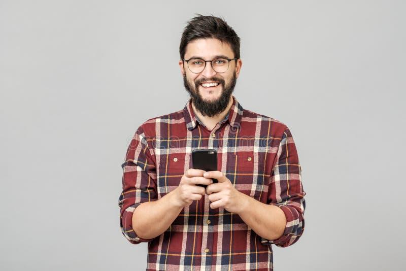 Retrato de mandar un SMS europeo hermoso del rato del teléfono de la tenencia del hombre imagenes de archivo