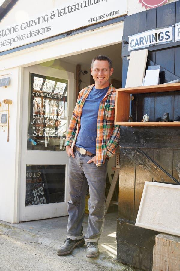 Retrato de Mason Standing Outside Workshop de pedra imagens de stock