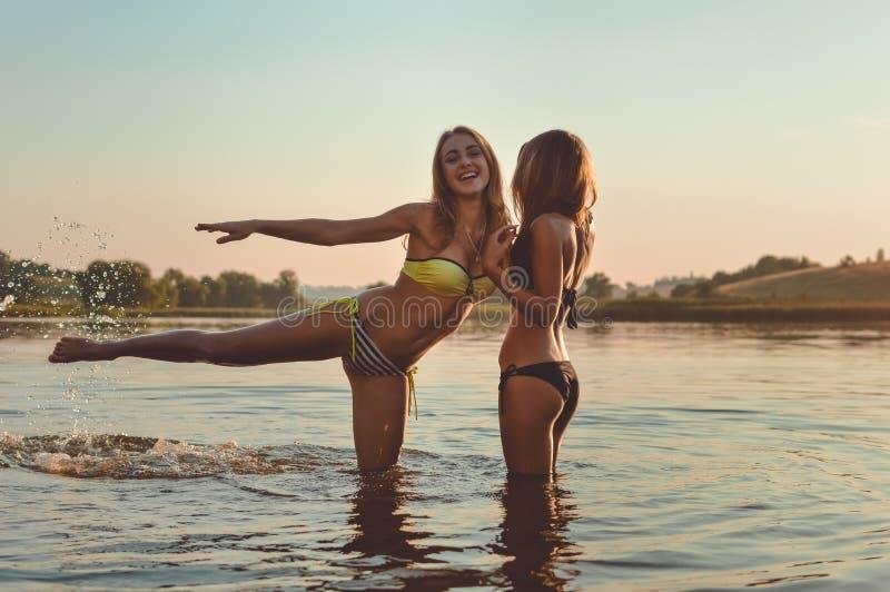 Retrato de 2 mejores amigos hermosos de las mujeres jovenes imagen de archivo libre de regalías