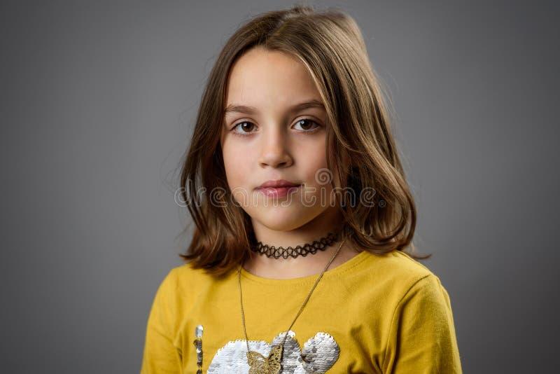 Retrato de menina feliz com emoções em cinza imagens de stock