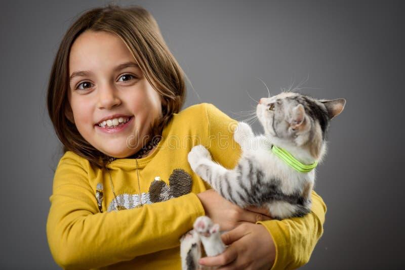 Retrato de menina feliz com o gatinho calico fotos de stock