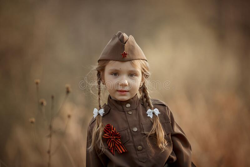 Retrato de menina no uniforme militar soviético foto de stock royalty free