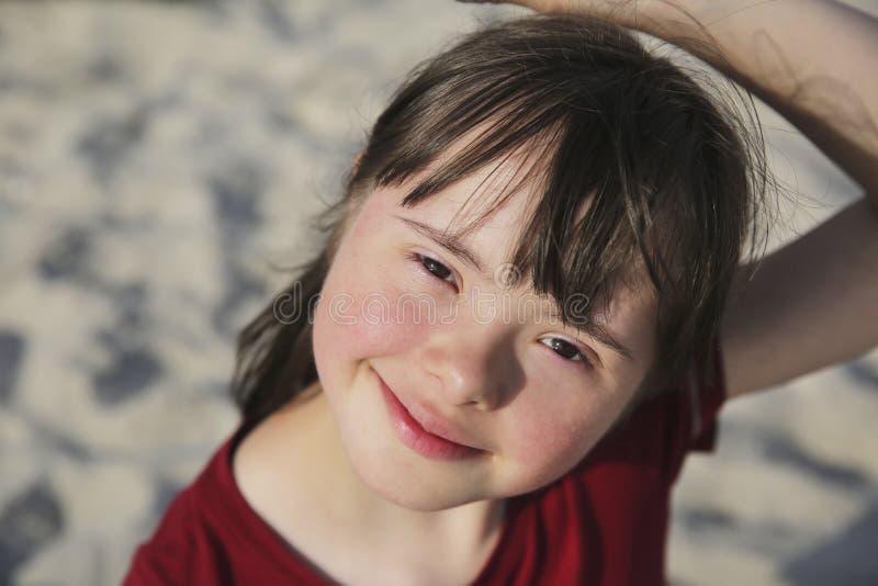Retrato de menina sorrindo na praia fotografia de stock