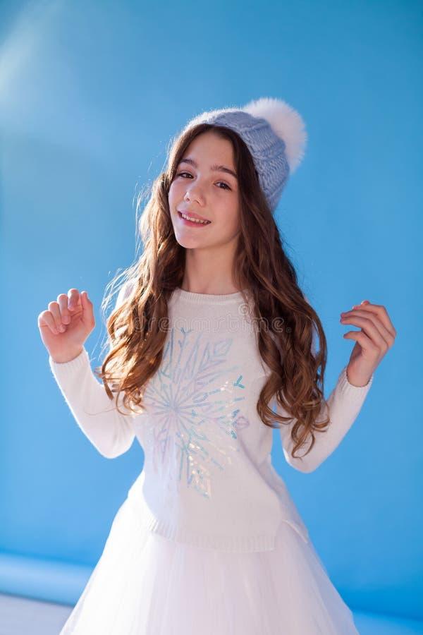 Retrato de meninas bonitas 12 anos de neve velha no inverno fotos de stock royalty free