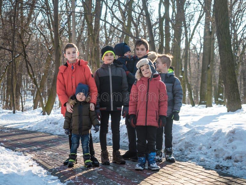 Retrato de meninos adoráveis no parque do inverno fotografia de stock