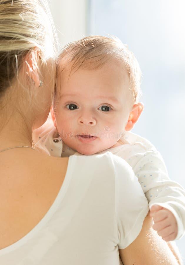 Retrato de 3 meses del bebé que abraza a la madre foto de archivo