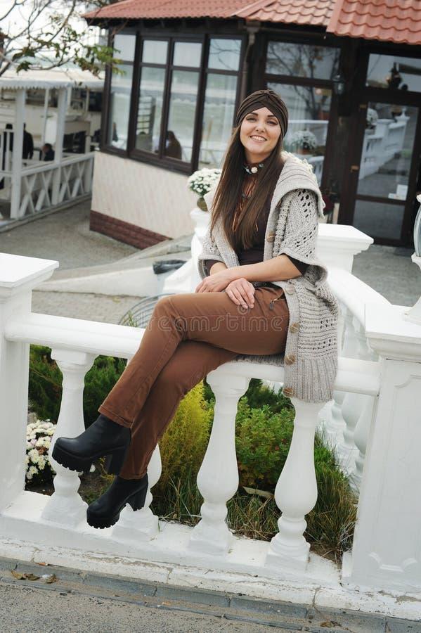 Retrato de moda do estilo de vida de outono de uma jovem hipster estilosa, usando roupas bonitinhas imagem de stock