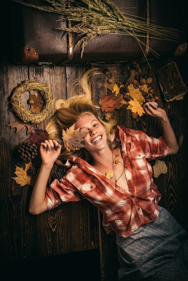 Retrato de moda de una bella mujer sensual. Feliz joven divirtiéndose con la caída de la hoja. Concepto de otoño. Atractivo fotografía de archivo