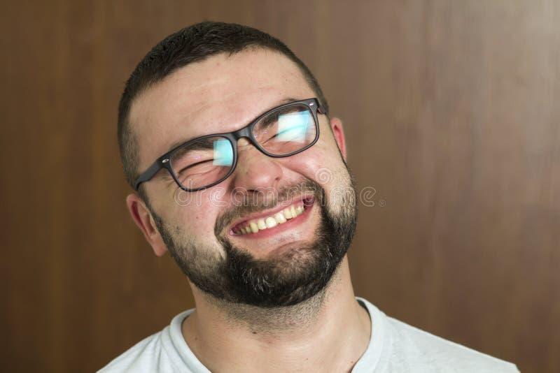 Retrato de moderno inteligente cabelludo negro barbudo hermoso usted fotografía de archivo