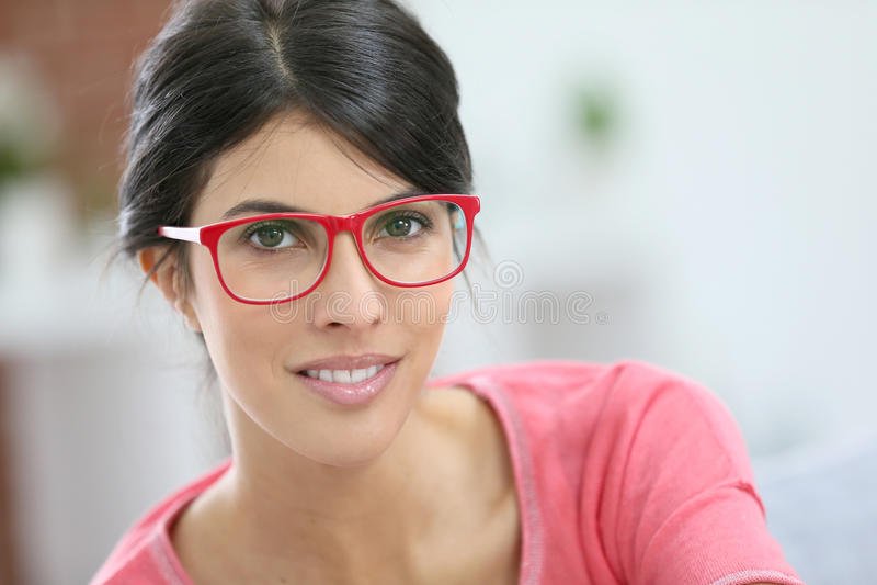 Retrato de monóculos vestindo da mulher bonita nova foto de stock