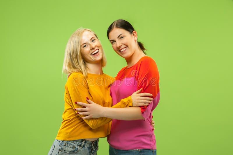 Retrato de muchachas bonitas en fondo verde del estudio imagenes de archivo