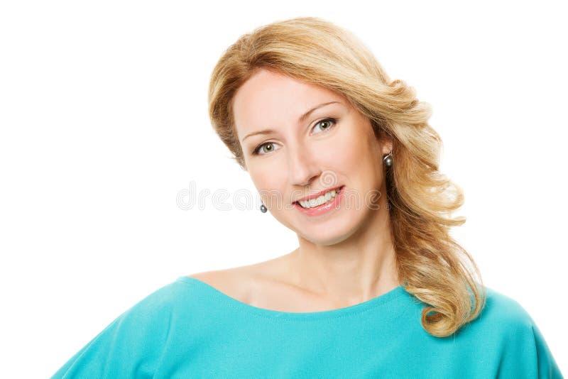 Retrato de mujer de edad media sobre fondo blanco foto de archivo libre de regalías