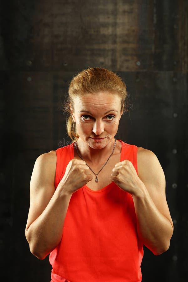 Retrato de mujeres atléticas jovenes en postura del boxeo imágenes de archivo libres de regalías