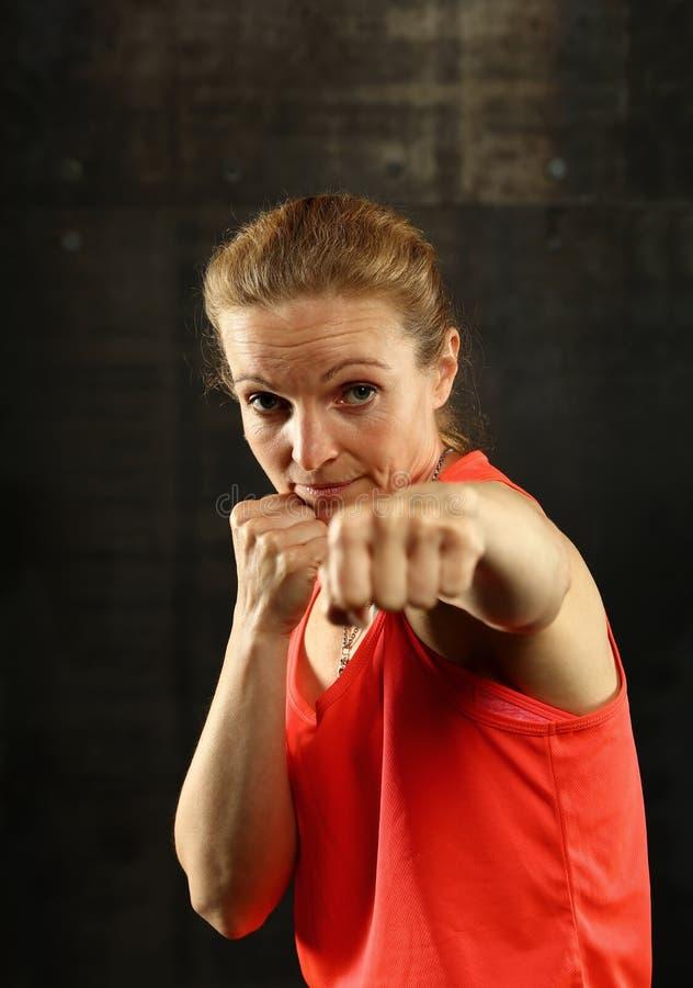Retrato de mujeres atléticas jovenes en postura del boxeo fotos de archivo libres de regalías