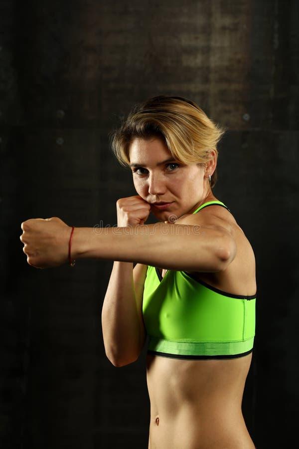 Retrato de mujeres atléticas jovenes en postura del boxeo imagen de archivo
