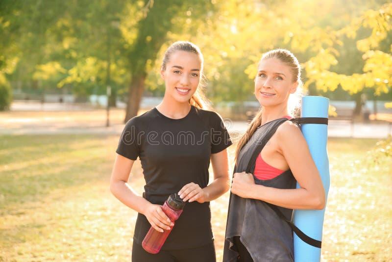 Retrato de mujeres jovenes deportivas al aire libre imagen de archivo