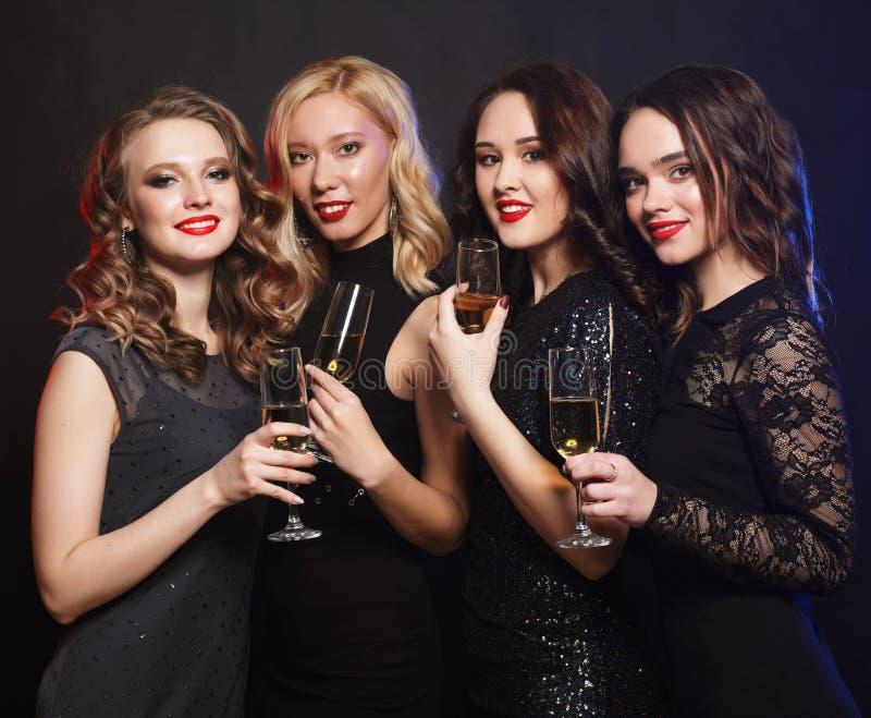 Retrato de mujeres jovenes elegantes con los vidrios de un champán en la celebración Party el tiempo imagenes de archivo
