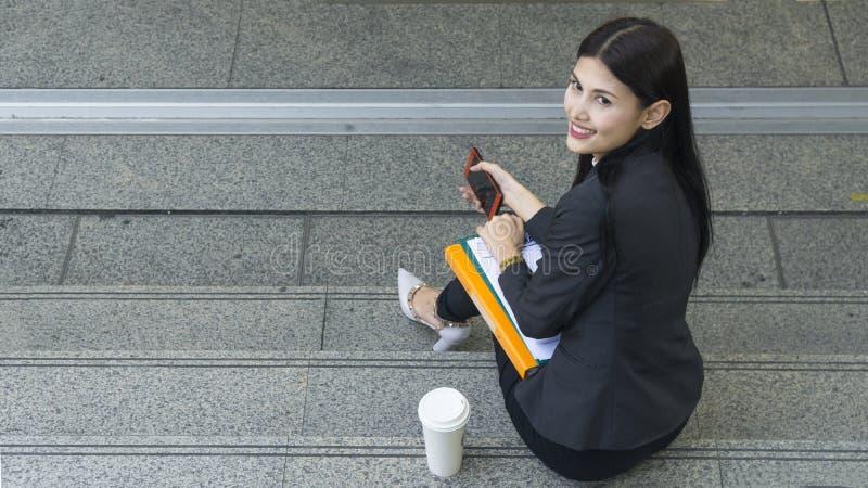 Retrato de mulheres asiáticas do negócio no sentimento de seguro e do hap imagens de stock royalty free
