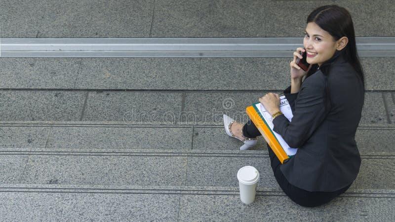 Retrato de mulheres asiáticas do negócio no sentimento de seguro e do hap foto de stock