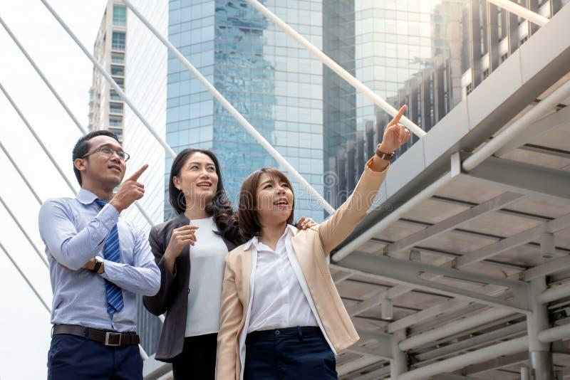 Retrato de mulheres asiáticas novas no vestuário formal ou de mulher de negócios foto de stock royalty free