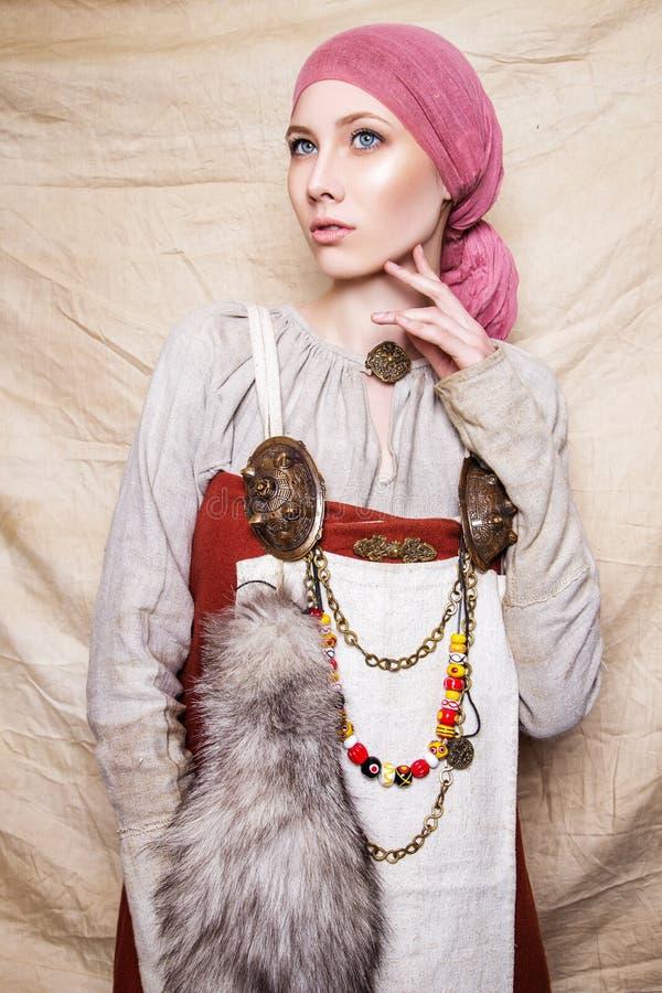 Retrato de mulheres do slavic da roupa nacional passada do vintage imagem de stock