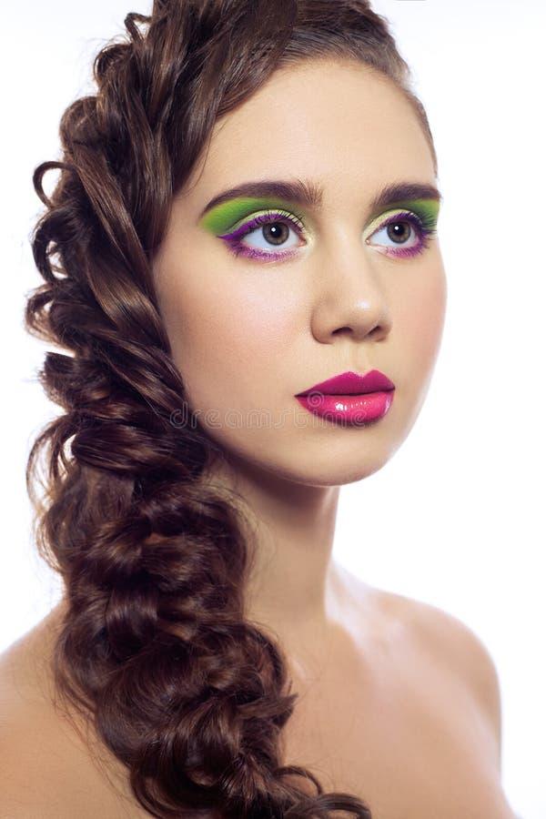 Retrato de mulheres novas da forma dos gêmeos bonitos com penteado e composição verde cor-de-rosa vermelha Isolado no fundo branc fotos de stock