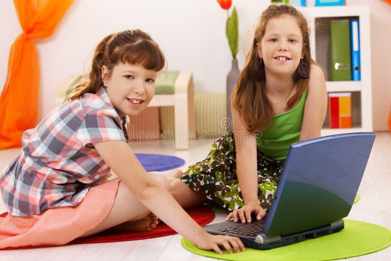 Retrato de niñas con la computadora portátil imagen de archivo