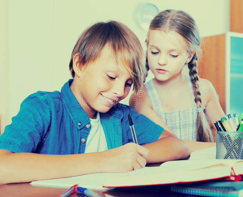 Retrato de niños con los libros de texto y las notas foto de archivo libre de regalías