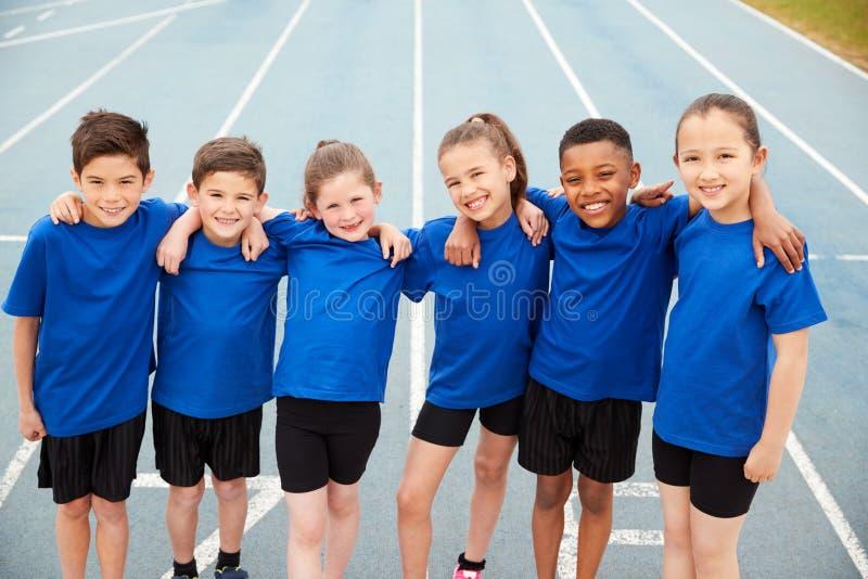 Retrato De Niños En Equipo De Atletismo En Pista En El Día Del Deporte imagenes de archivo