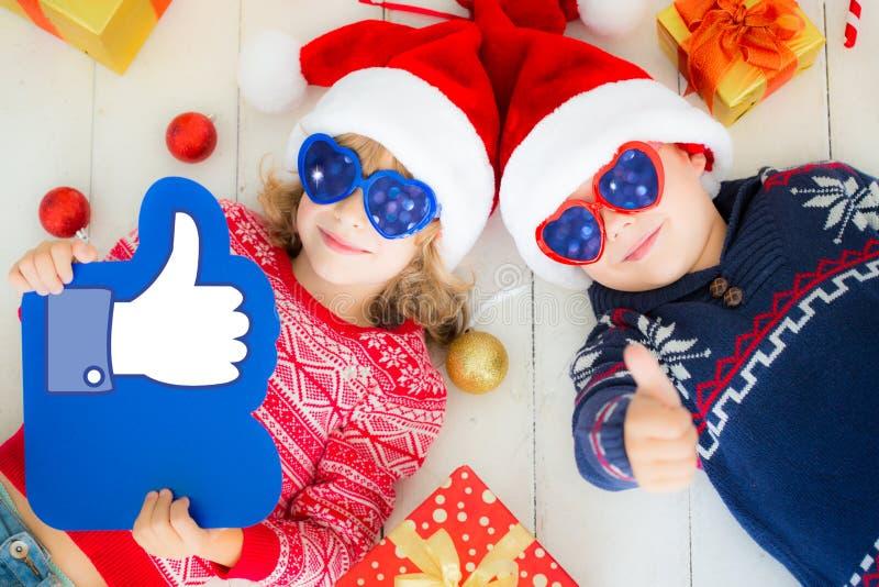 Retrato de niños felices con las decoraciones de la Navidad foto de archivo libre de regalías