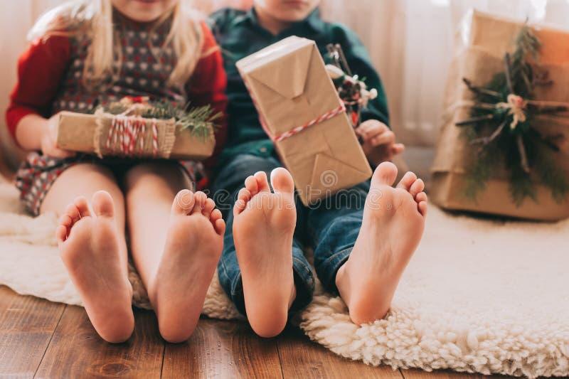 Retrato de niños felices con las decoraciones de la Navidad fotografía de archivo