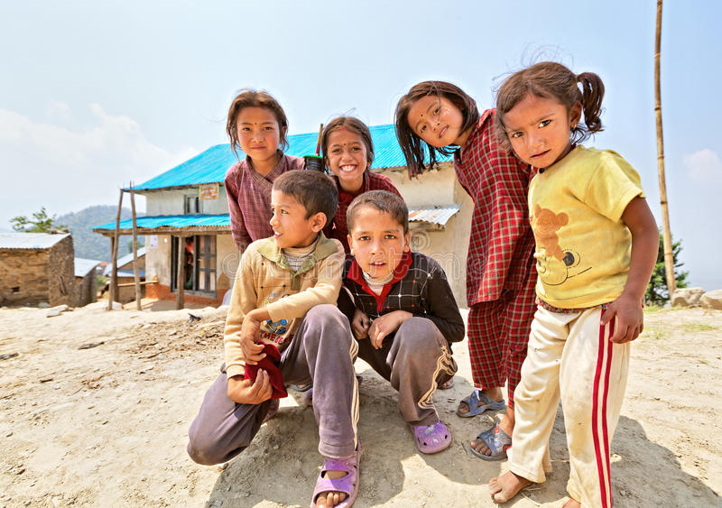 Retrato de niños nepaleses juguetones no identificados foto de archivo