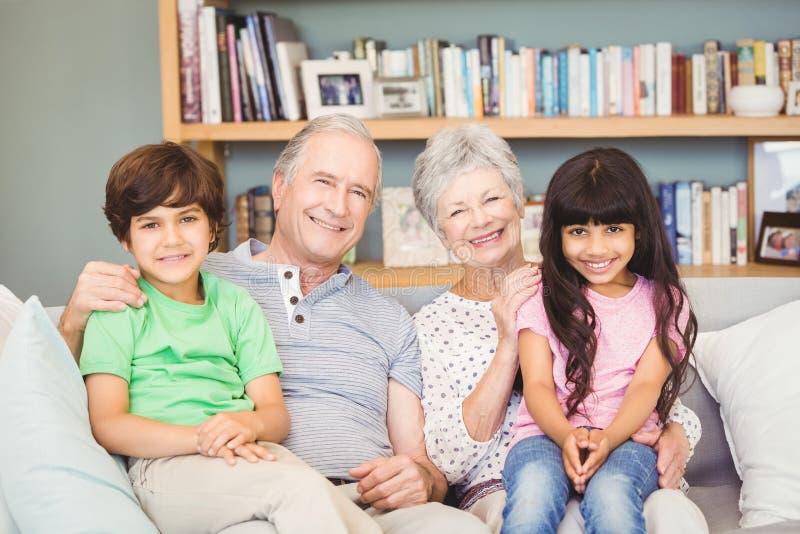 Retrato de nietos con los abuelos en casa imágenes de archivo libres de regalías