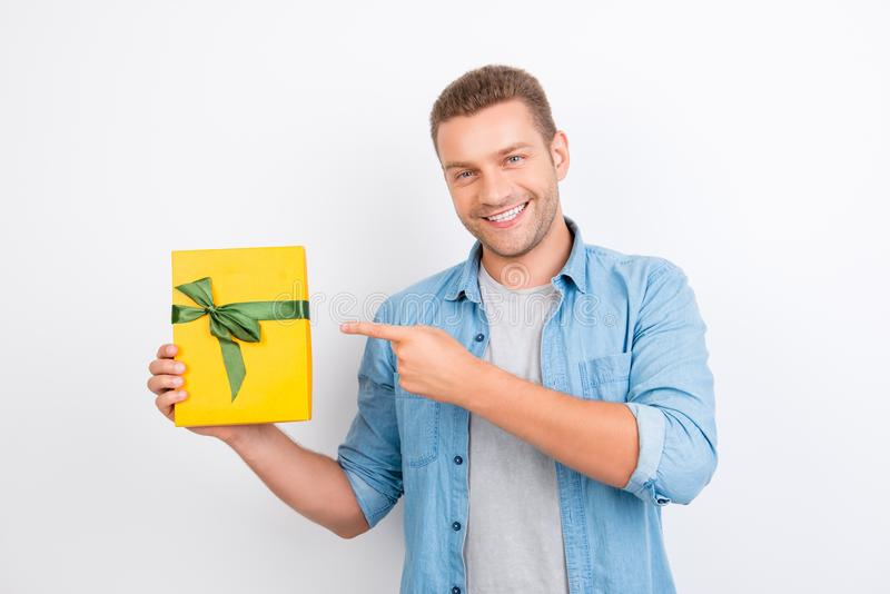 Retrato de novo, sorrindo, homem farpado no demonstra da camisa das calças de brim imagem de stock royalty free