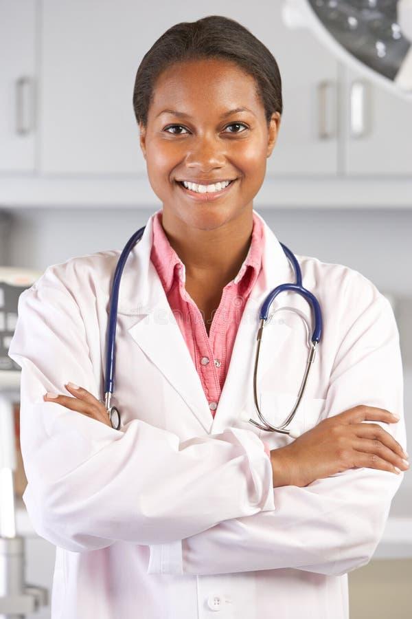 Retrato de Office del doctor In el doctor de sexo femenino imagen de archivo libre de regalías
