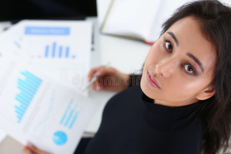 Retrato de originais morenos novos do estudo da mulher de negócios no escritório fotografia de stock royalty free