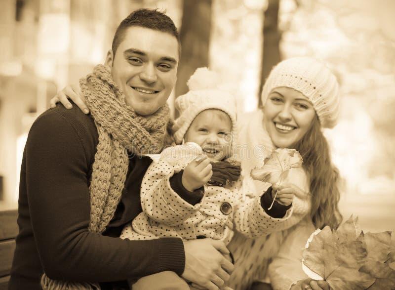 Retrato de padres con el niño foto de archivo