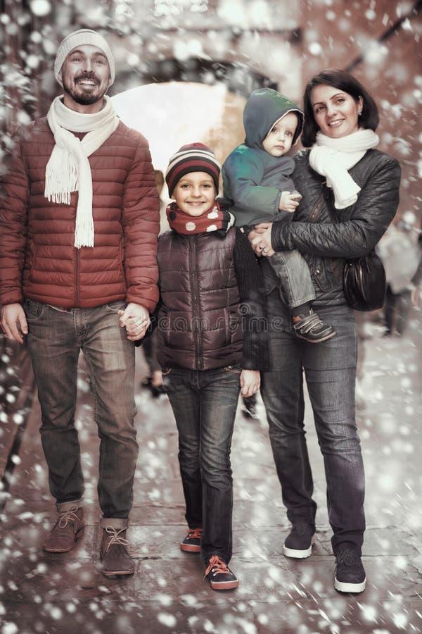 Retrato de padres felices con los niños foto de archivo libre de regalías