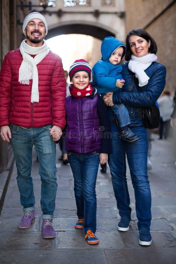 Retrato de padres felices con los niños fotos de archivo libres de regalías