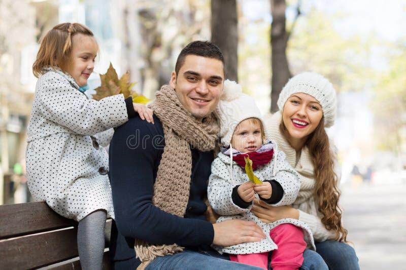 Retrato de padres felices con los niños en otoño imagen de archivo