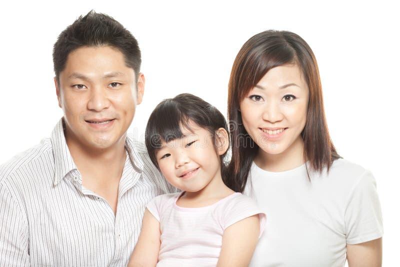 Retrato de pais chineses novos, filha da família