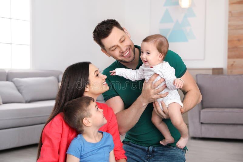 Retrato de pais felizes e de suas crian?as bonitos Tempo da fam?lia imagens de stock