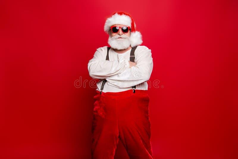 Retrato de Papá Noel confiado contento decisivo elegante que lleva a sui imagen de archivo