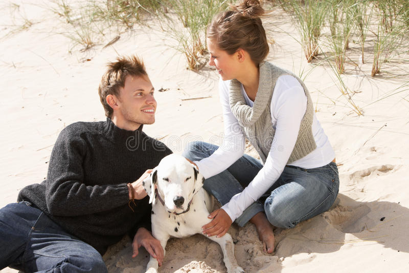 Retrato de pares adolescentes românticos na praia fotografia de stock royalty free
